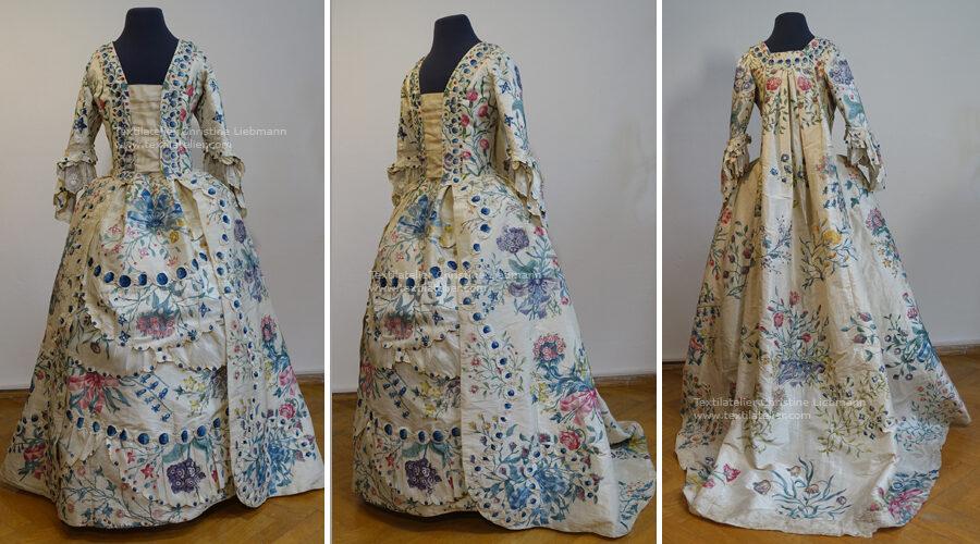 Konservierung bemaltes Rokoko-Kleid Frankreich 1750 aus Schloss Aichberg